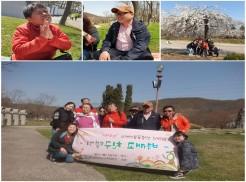 상단 첫 번째 사진부터 순서대로 이복례님과 최성부님이 장기자랑으로 노래하는 모습과 활짝 핀 벚꽃아래서 단체사진을 찍은 모습입니다. 하단 사진은 프로그램 현수막을 들고 참여자 전원이 단체사진을 찍은 모습입니다.