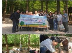 상단 사진은 참여하신 분들과 현수막을 들고 단체로 찍은 사진이며, 하단 좌측사진은 숲속휴식체험, 하단 우측사진은 초코민트를 땅에서 화분에 옮겨 심는 모습입니다.