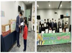 좌 시각장애인 부모의 자녀가 김정안회장님께 장학증서를 받고 있는 사진  우 전달식에 참석한 시각장애학생 및 부모와 기관 관계자들이 함께 찍은 단체사진