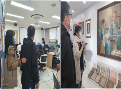 사진설명: 왼쪽 사진은 정보화교육실에서 프로그램에 대해 이용자에게 설명하는 사진입니다. 오른쪽 사진은 송암박두성기념관에서 박두성 선생님의 업적에 대해 설명을 듣고 있는 사진입니다.