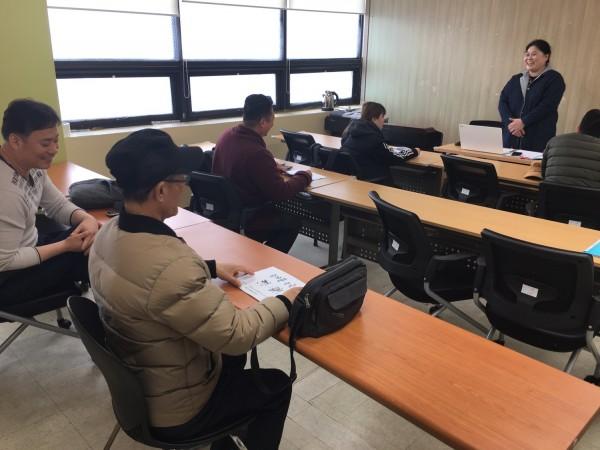 장소원 강사의 지도하에 교육생들이 모여 수업진행방법설명과 간단한 중국어로 자기소개를 배우고 있는 사진입니다.