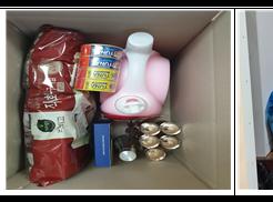 좌) 두루미 물품 포장하고 있는 사진 우) 자원봉사자분이 두루미 물품을 선정 대상자에게 전달 및 정서지원을 하고 있는 사진