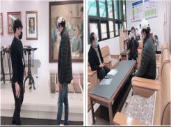 송암박두성기념관에서 박두성 선생님의 업적에 대해 설명을 듣고 있는 사진입니다. 오른쪽 사진은 복지관 관장님, 국장님과 만나 대화의 시간을 갖고 있는 사진입니다.