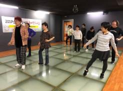 줌바댄스 교육생들이 강사선생님의 지도를 받으며 댄스를 배우고 있습니다.