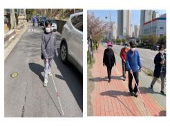 (좌) 주택가에서 흰지팡이 보행을 훈련하는 교육생 모습  (우) 큰 대로변에서 점자블록을 따라 보행훈련하는 교육생 모습